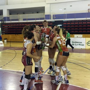La jugadora de voleibol Esther Marquès, manteada por sus compañeras en su último partido en Logroño. Foto: Avarca de Menorca.
