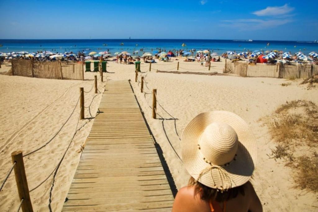 Fotografía de Gonzalo Azumendi (Age Fotostock) que El Viajero incluye en su reportaje sobre playas nudistas para hablar de Son Bou de Menorca.