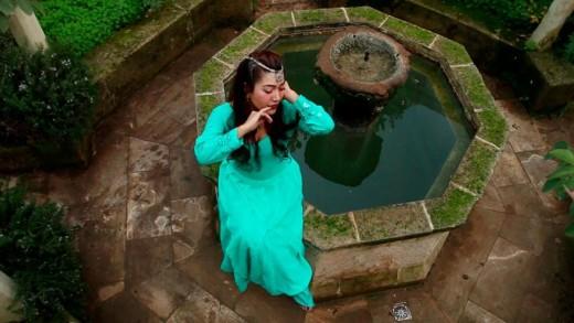 Lorena Gazmuri en el jardín medieval de Líthica. Foto: Togme Basora.