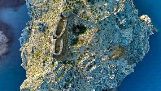 Vista aérea del Cap Costaner de Cala Morell que es la imagen de portada de Azul Marino. Foto: Carles Mascaró Pons.