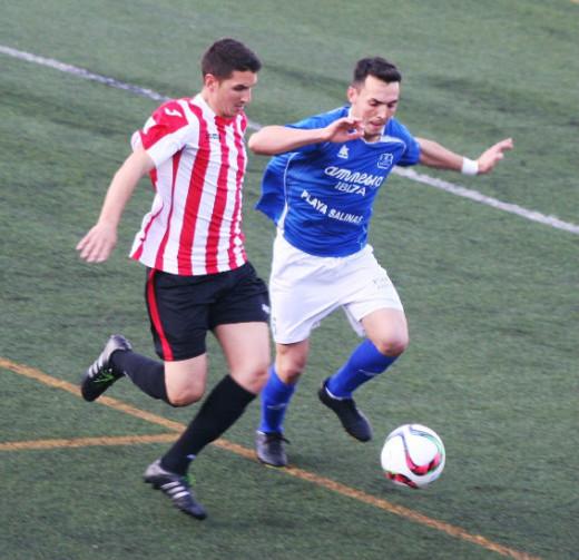 Robert pelea un balón con Zurdo durante el partido (Foto: noudiari.es)