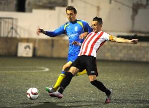 Lacueva y Raúl luchan un balón.