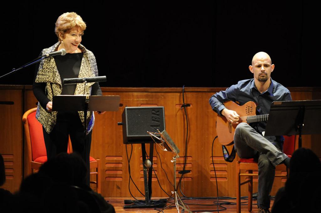 La actriz Laura Pons y el guitarrista Icar Toset durante su actuación en el Principal. Foto: Tolo Mercadal.