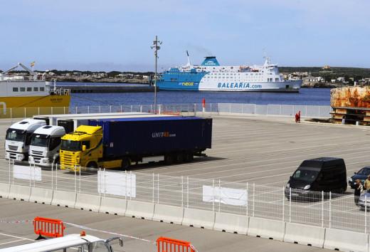 El dique de Son Blanc recibe la mayor parte de las mercancías que llegan a Menorca