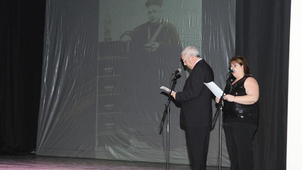 Seto Bosch y Pili Coll durante la proyección del audiovisual con un resumen de la historia del teatro de Calós.