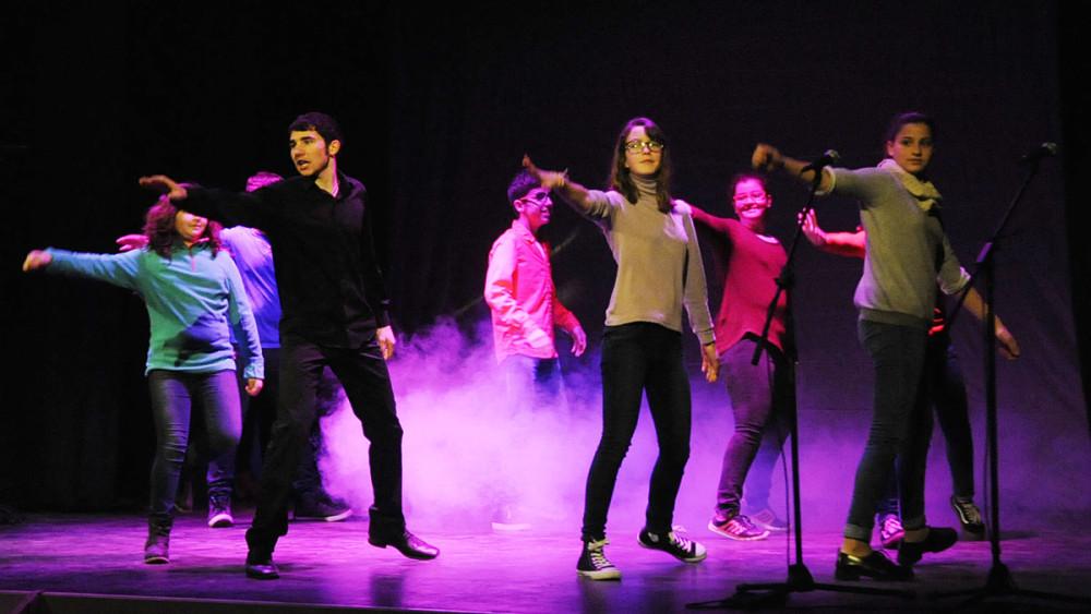 Jóvenes del centro Gent Jove ofrecieron algunas canciones y bailes del musical 'Don Bosco'. Fotos: Tolo Mercadal.