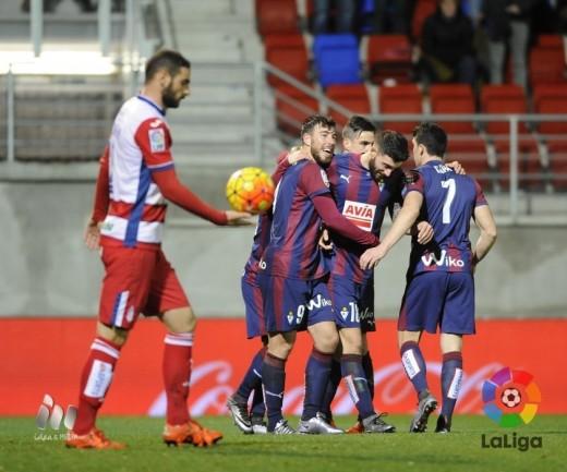 Sergi Enrich, felicitado por sus compañeros tras anotar el segundo gol (Foto: laliga.es)