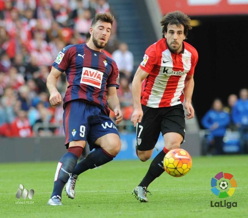 Enrich persigue un balón ante Beñat (Foto: laliga.es)