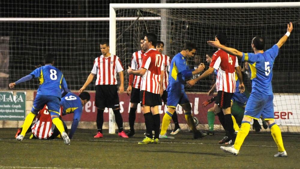 Acción de 0-1 con el gol de Zurbano (Fotos: Tolo Mercadal)