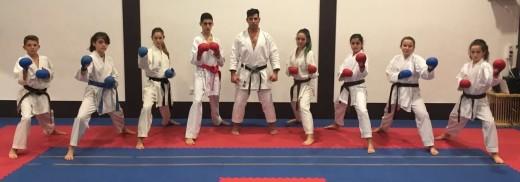 Karatecas del Físics Ciutadella junto a su entrenador Jesús Triay.