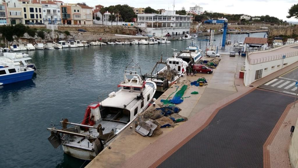 Barcas de arrastre en el puerto de Ciutadella