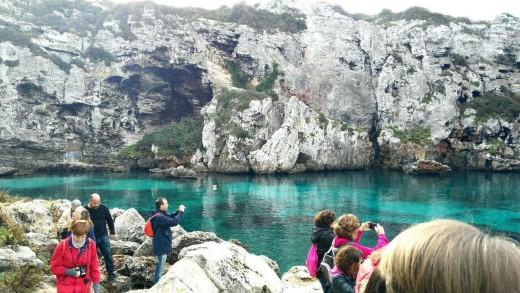 Bella imagen de la visita a Calescoves. Foto: Facebook Menorca Talayótica.