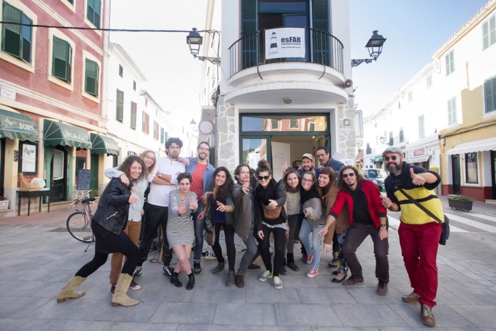 Foto 'de familia' del final de la residencia de creación artística en Es Mercadal. Foto: Es Far Cultural.
