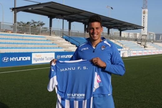 Manu Ferrando, posando esta mañana con su camiseta (Foto: Guiem Sánchez)