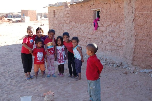 Imagen de niños sahrauís en los campos de refugiados de Tindouf, en el desierto de Argelia. Foto: Amics del Poble Sahrauí Menorca.