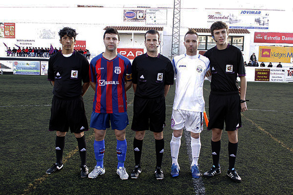 Trío arbitral en un partido de regional en una imagen de archivo (Foto: deportesmenorca.com)
