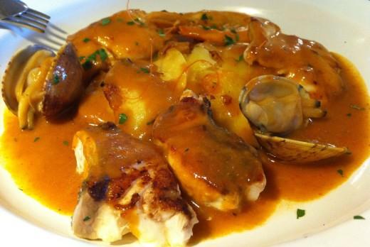 Plato de una versión de zarzuela de pescado y marisco.