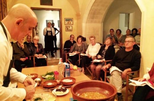 Tomeu Arbona durante el taller de cocina conventual que ofreció en Santa Clara de Ciutadella meses atrás. Foto: Fra Roger.