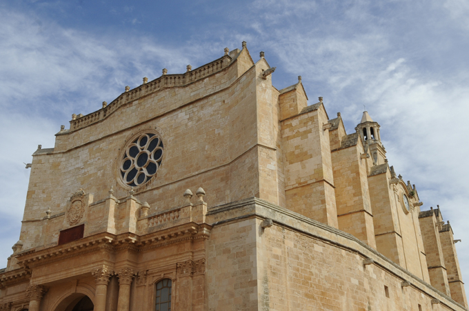 El adorno de una bóveda de la Catedral de Ciutadella se desprendió ayer sin causar heridos.