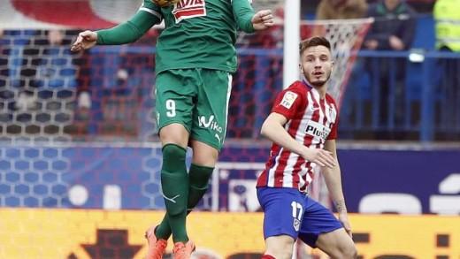 Sergi Enrich salta a por un balón ante la zaga atlética (Foto: laliga.es)