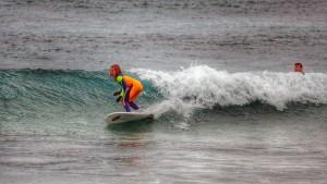 Tsunami disfruta sobre las olas