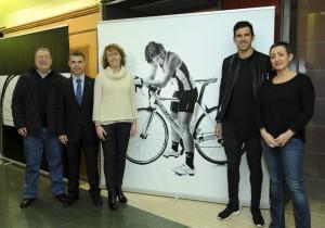 Mar Hernández junto a una de sus fotografías en una de las inauguraciones anteriores de su muestra itinerante. Foto: Jordi Estruch.