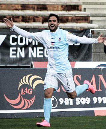 Guillem Martí celebra un gol con el Compostela (Foto: Micaela Mourelle - vavel.com)