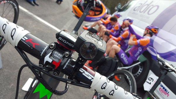 Manillar con los ciclistas del Aldro Team al fondo (Foto: Tour de Normandía)