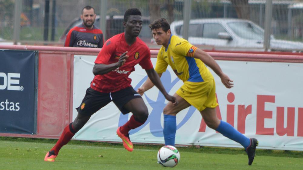 David Mas persigue el balón en un momento del partido (Fotos: futbolbalear.es)