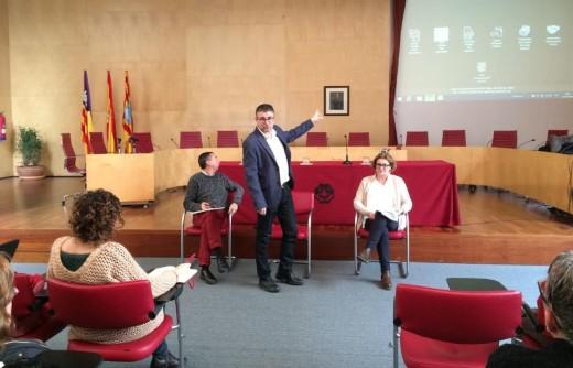 Durante la mañana, la reunió ha tenido lugar en la sala de plenos del Consell en Maó.