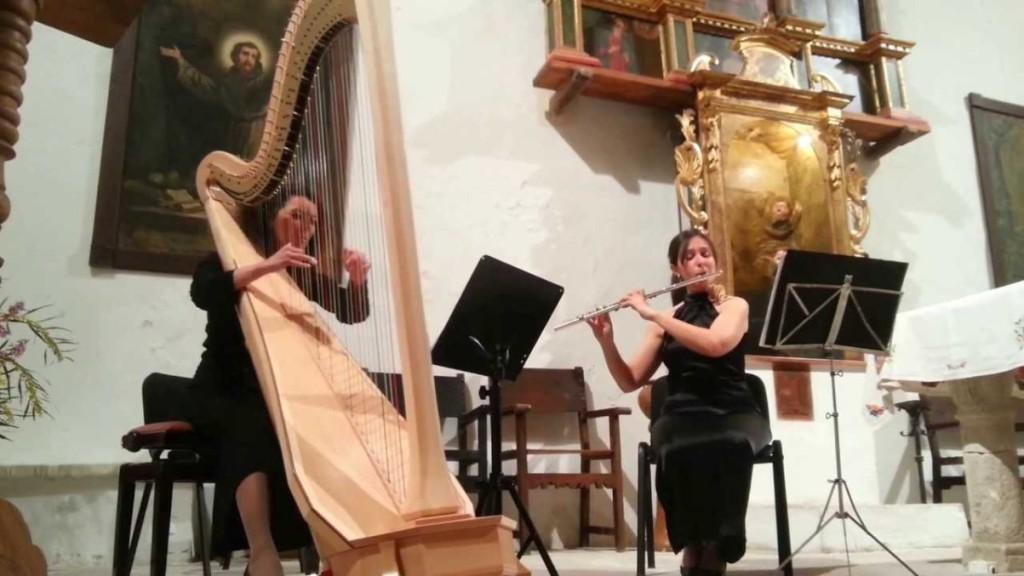Elena Armenteros y Marta Alcover en Campanet, en una actuación que puede verse en el vídeo que acompaña este artículo.