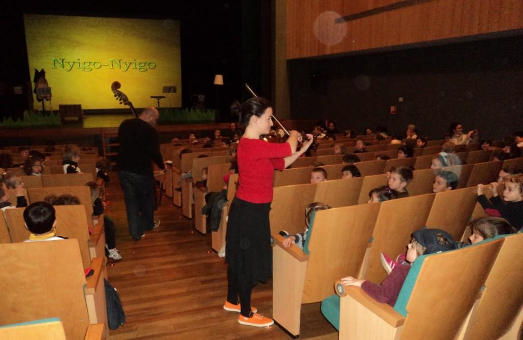 Los músicos interactúan con el joven público. Foto: JJMM-Maó.