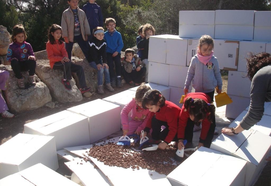 La reconstrucción de la naveta de cartón se realizó al lado de los restos de la de verdad. Foto: Parc Natural de s'Albufera des Grau.