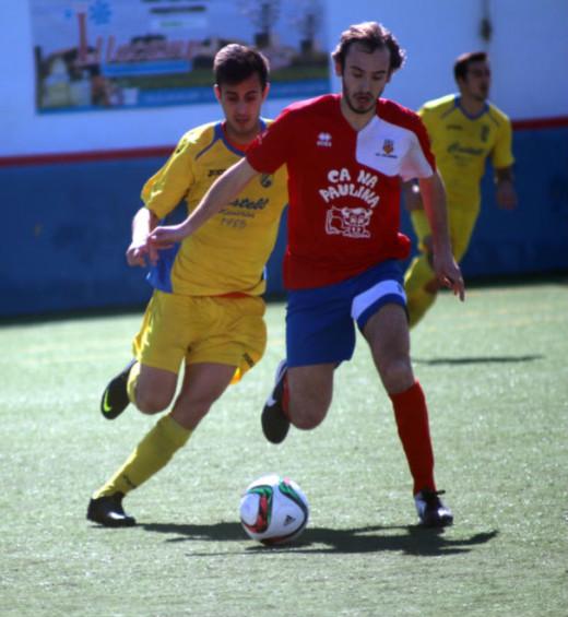 Pau pugna con un adversario (Fotos: futbolbalear.es)