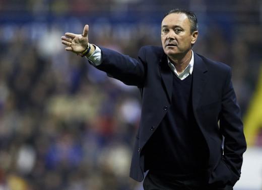 Juan Ignacio Martínez, dirigiendo al Levante.
