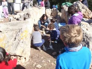 Momento de la actividad que dirigió Elena Sintes en Sa Torreta de Tramuntana. Foto: Parc Natural de s'Albufera des Grau.