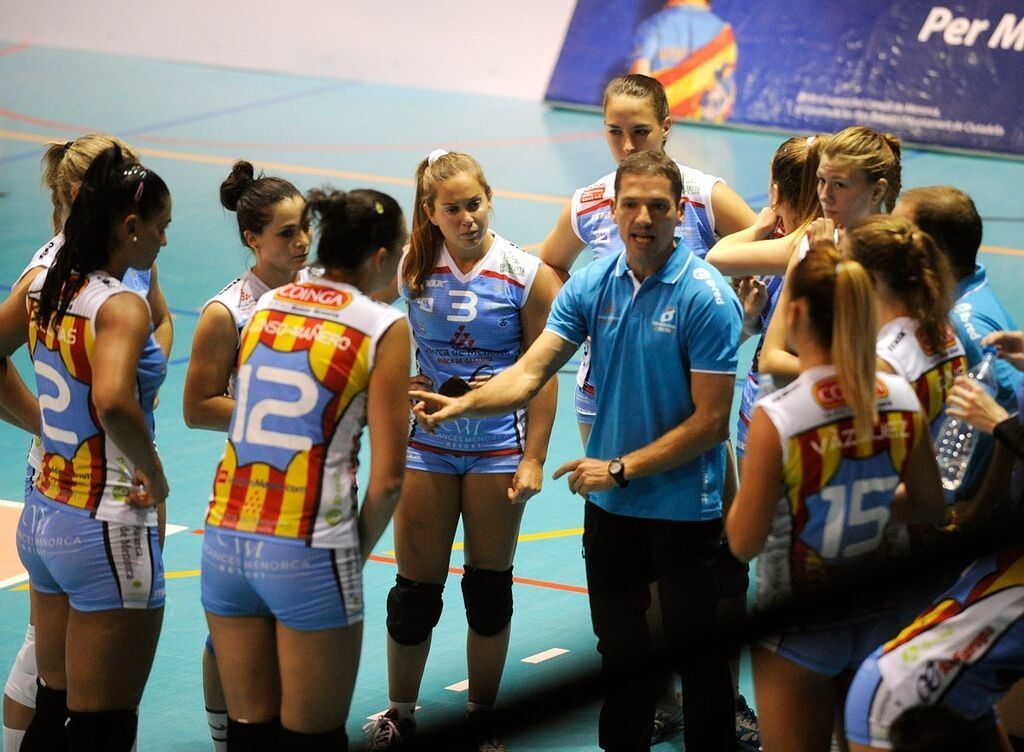 Bep Llorens, dando instrucciones durante un tiempo muerto (Foto: Tolo Mercadal)