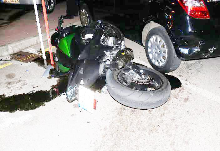 Estado en el que quedó la motocicleta (Fotos: Policía Local de Ciutadella)