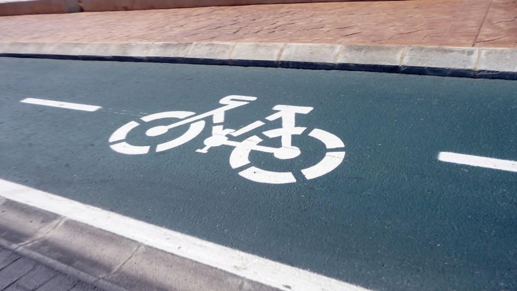 El carril bici da seguridad al ciclista, una actividad muy extendida en la isla