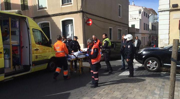 Momento en el que el herido ha sido trasladado en ambulancia (Fotos: Tolo Mercadal)