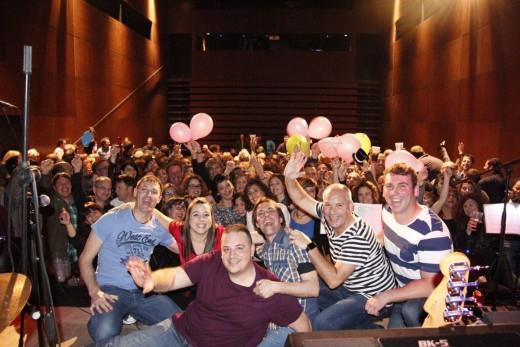 Fotografía 'de familia' al final de concierto. Foto: Jukebox Band Menorca.