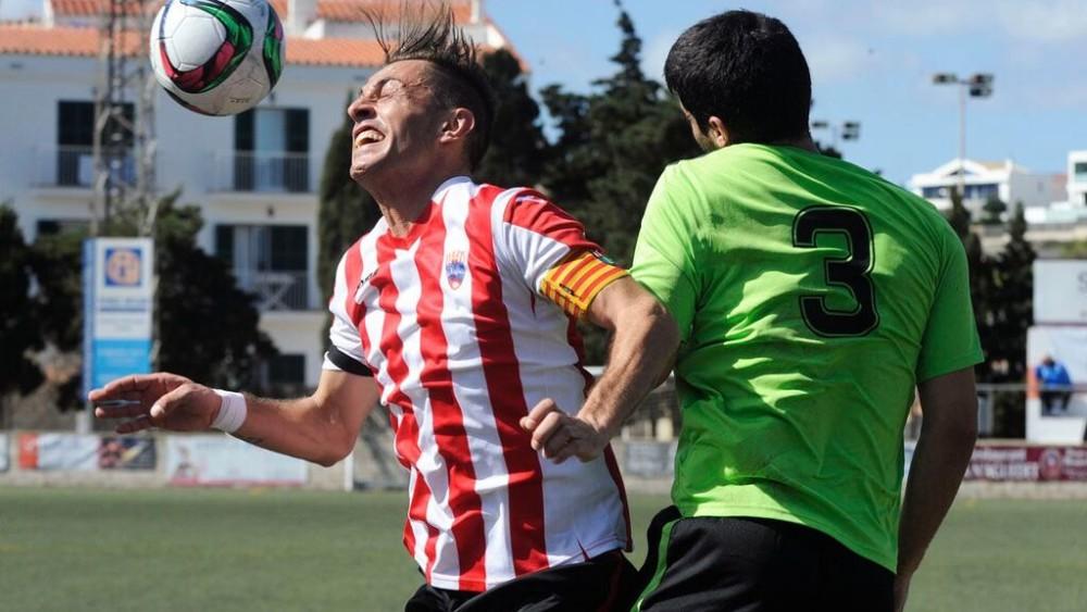 Lacueva salta a por un balón con Alberto (Fotos: Tolo Mercadal)