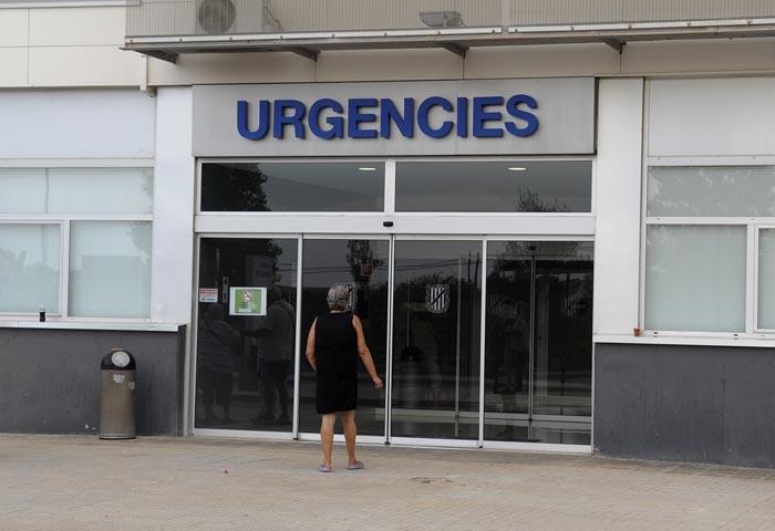 Una mujer entra por la puerta de las Urgencias del Hospital Mateu Orfila // Tolo Mercadal