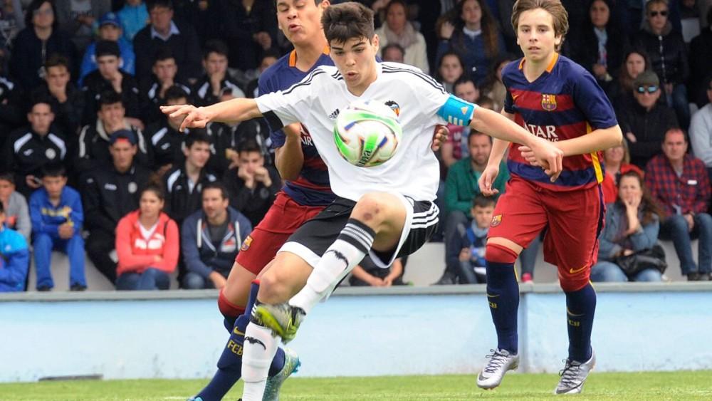 Un jugador del Valencia controla un balón.
