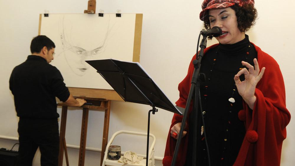 Laura Cubas en un momento del recital poético. Foto: Tolo Mercadal.