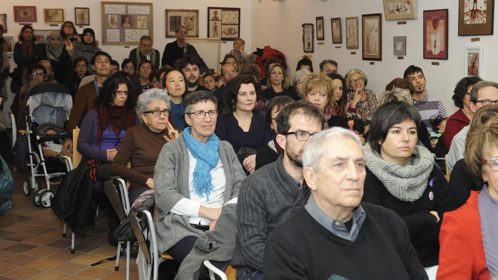 El público ha llenado la sala de la Biblioteca Pública de Maó, donde finalmente se han celebrado los actos por el fuerte viento en la plaza Conquesta. Foto: Tolo Mercadal.