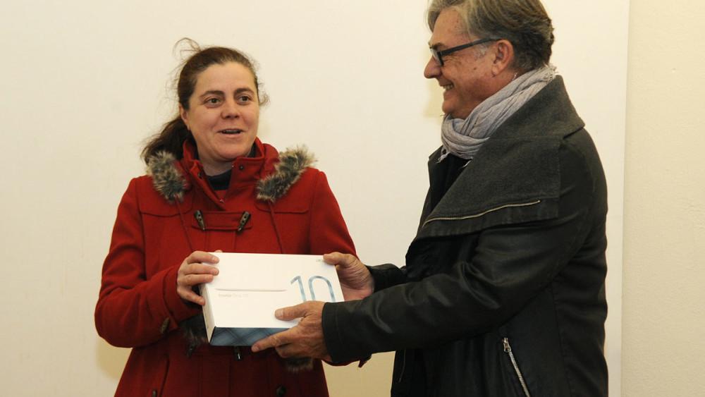 Luisa L. Cortiñas recibe su premio de manos de Jordi Odrí, uno de los miembros del Jurado. La otra ganadora, Elena Murcia, no estaba en la sala. Foto: Tolo Mercadal.
