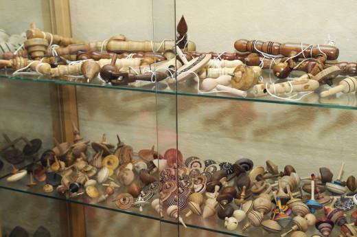 Imagen de la exposición de peonzas en el OAR de Sant Lluís. Foto: Tolo Mercadal.