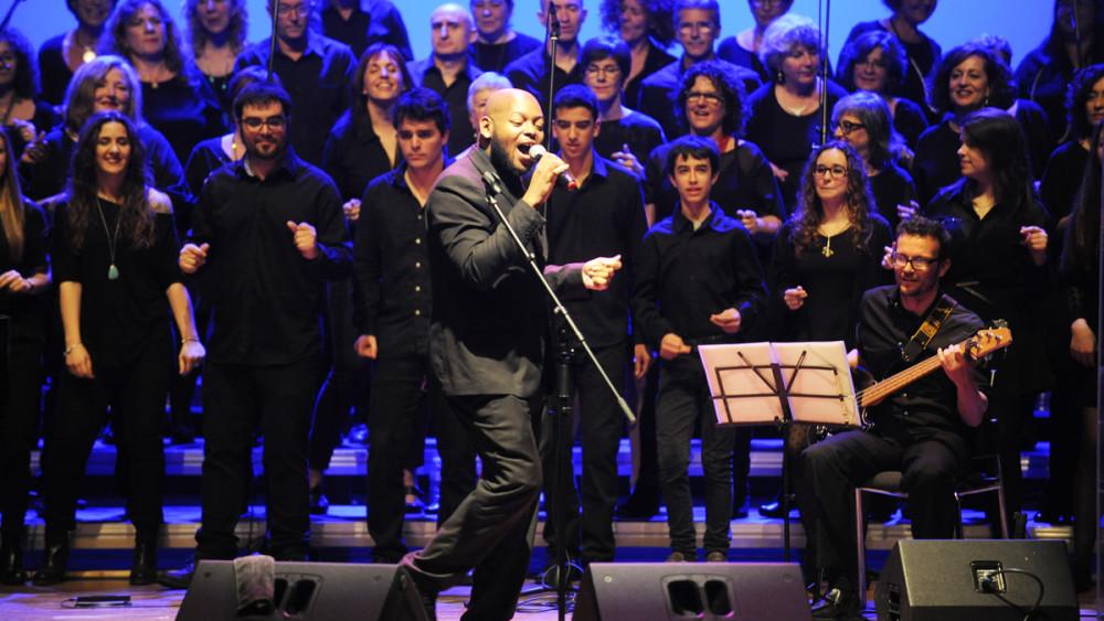 El cantante Trey McLaughlin durante la actuación en Maó, este domingo 20 de marzo por la tarde. Fotos: Tolo Mercadal.