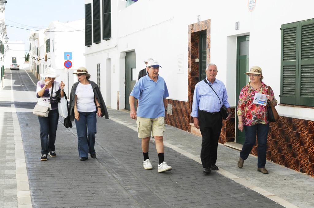 turistas visitando es mercadal